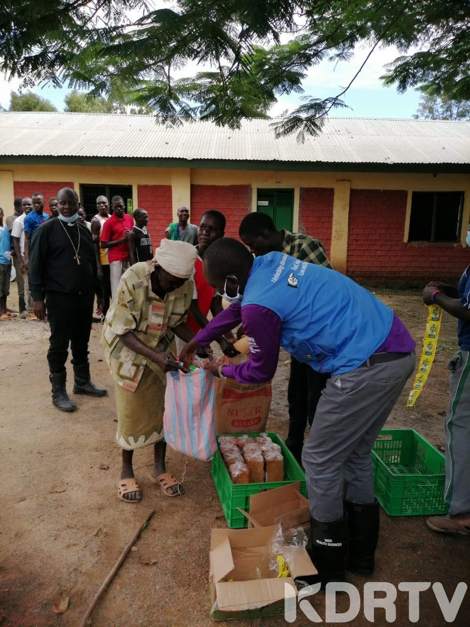Lwitu women distribute food